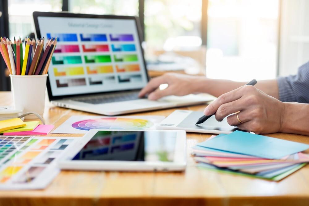 dessinateur sur ordinateur et tablette